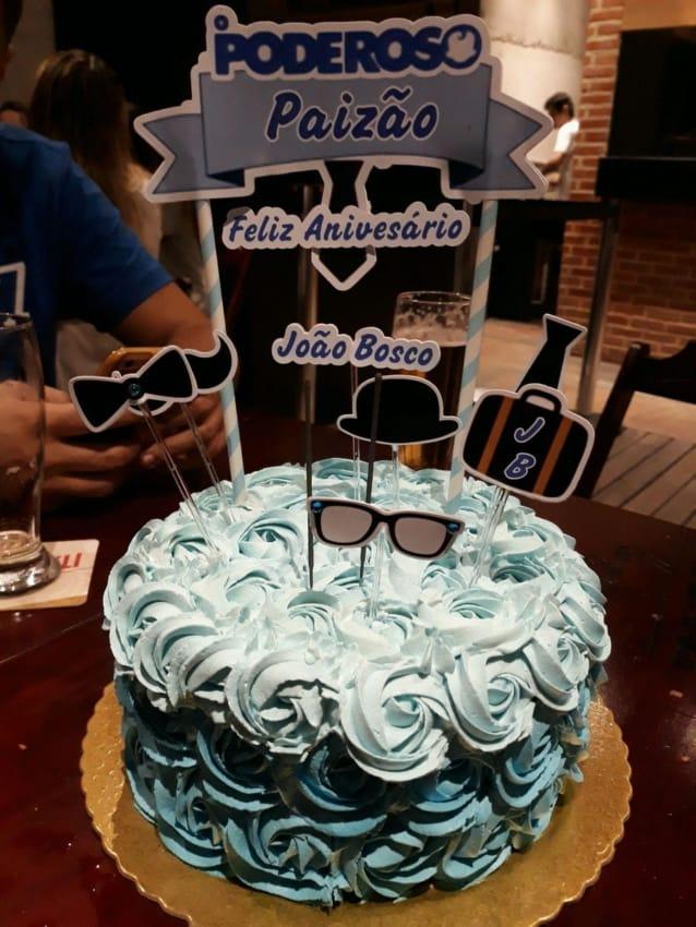 bolo decorado com toppers paizao