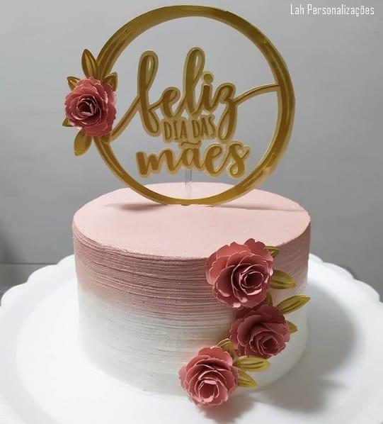 bolo branco e rosa com topo dia das maes com rosas