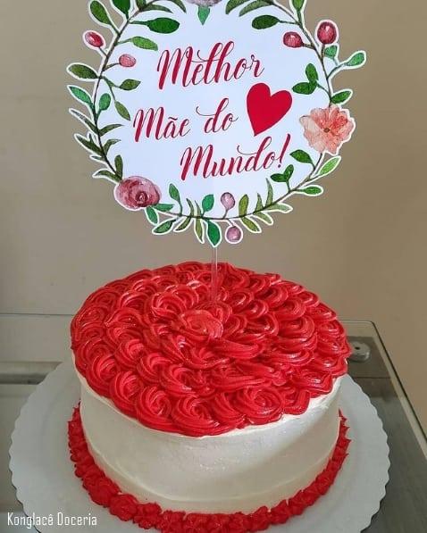 bolo vermelho e branco com topo melhor mae do mundo