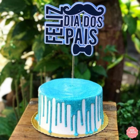bolo redondo decorado com topper de feliz dia dos pais