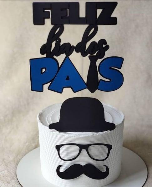 bolo de chantilly branco com toppers de dia dos pais