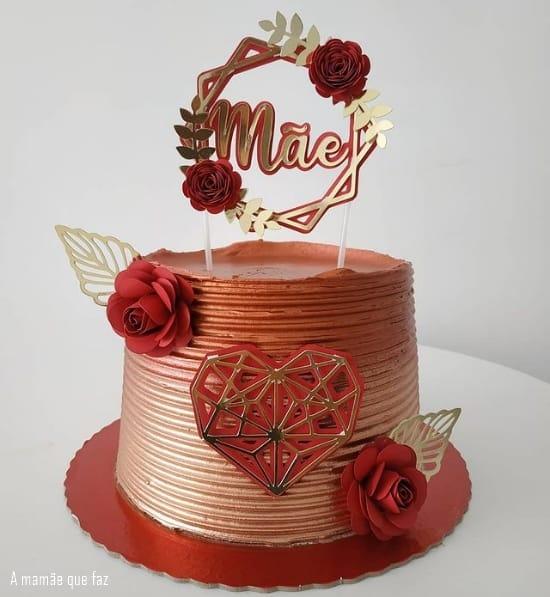 bolo vermelho e dourado com topo com rosas