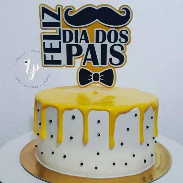 bolo moderno com decoracao em amarelo e topper dia dos pais