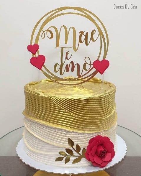bolo dourado com topo mae te amo