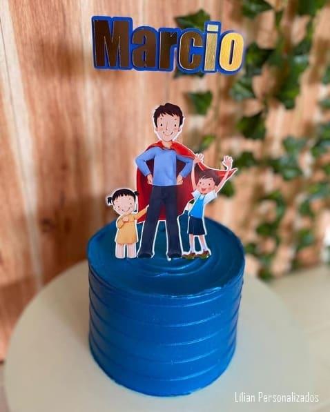 bolo azul com topo de pai e filhos