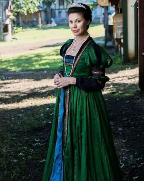 fantasia de rainha medieval com vestido verde