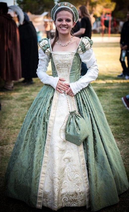 fantasia de rainha medieval com vestido longo e rodado