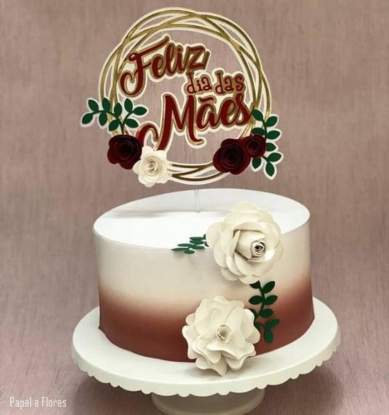 bolo dia das maes com topo decorado com rosas de papel