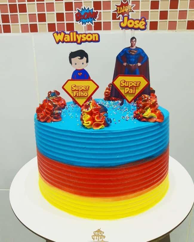 bolo colorido com decoracao pai e filho