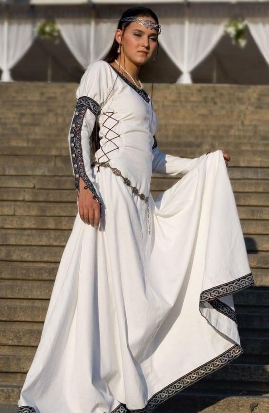 fantasia de rainha medieval com vestido branco
