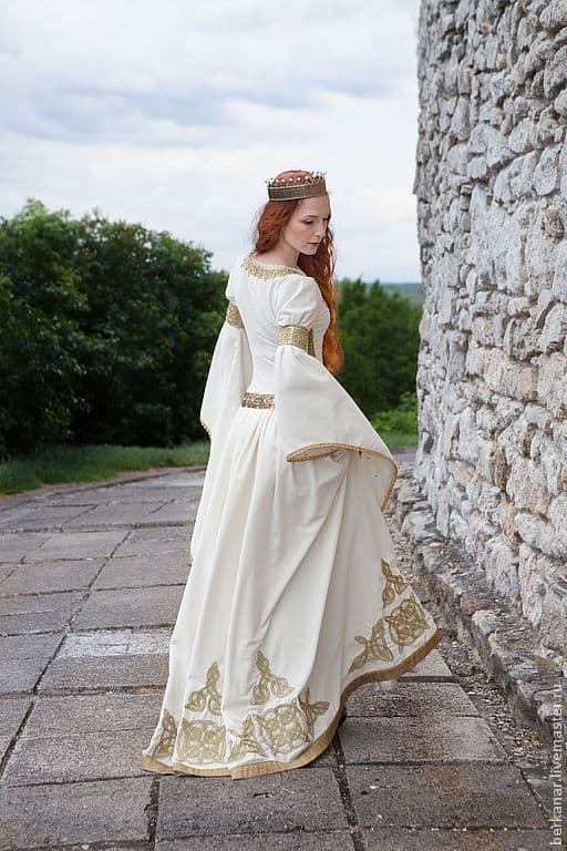 fantasia de rainha medieval com vestido branco e dourado