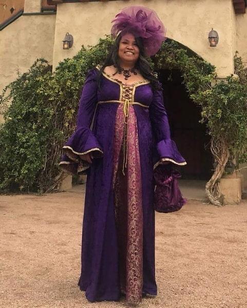 fantasia feminina de rainha medieval com vestido roxo