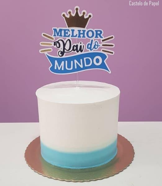 bolo decorado em azul e branco com topo de melhor pai do mundo