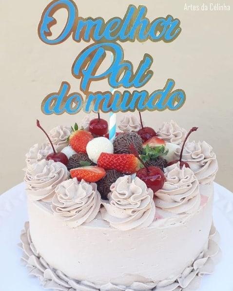 bolo de chantilly com topper melhor pai do mundo