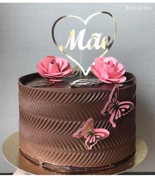 bolo de chocolate com topo dia das mae e rosas