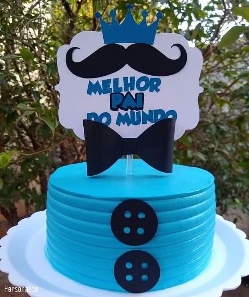 bolo azul decorado com toppers para dia dos pais