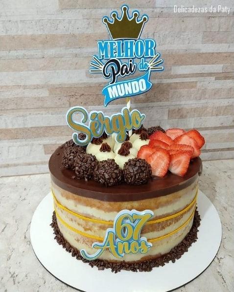 bolo decorado com acetato e topo de melhor pai do mundo