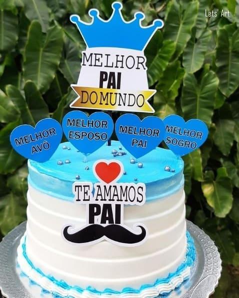 bolo decorado em azul e branco com toppers pai
