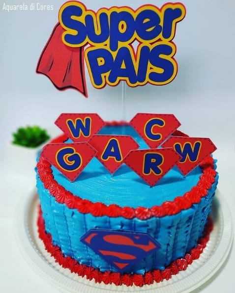 bolo azul e vermelho com topo super pai