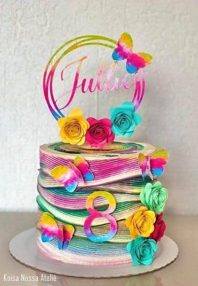 bolo com topo tie dye colorido e com flores