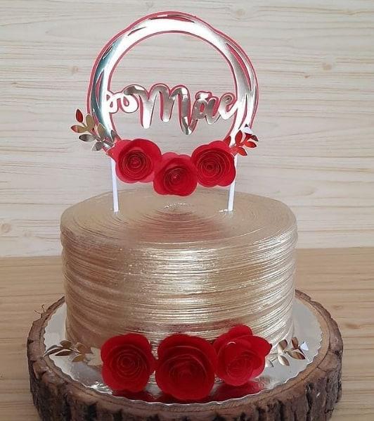 bolo dourado com topo dia das maes com rosas