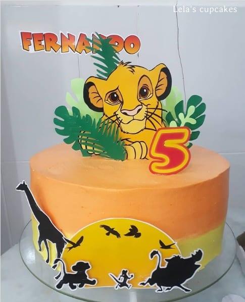 bolo decorado com topo em papel Rei Leao