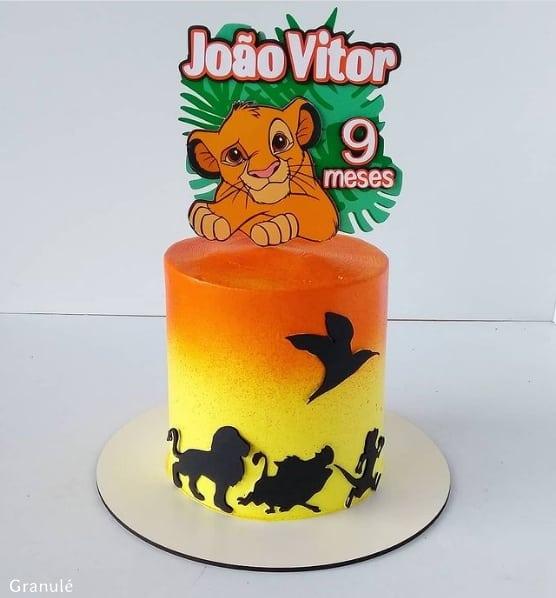 bolo decorado com topper personalizado Rei Leao
