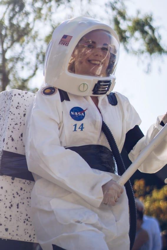 fantasia de astronauta feminina com macacao e capacete