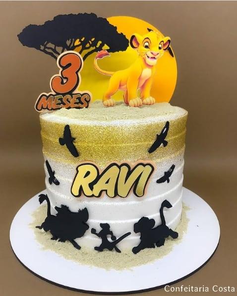 bolo dourado com topo Rei Leao personalizado