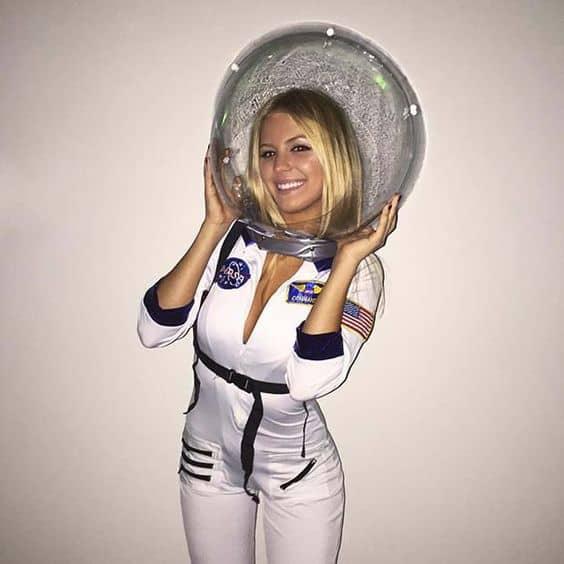 fantasia de astronauta feminina com capacete