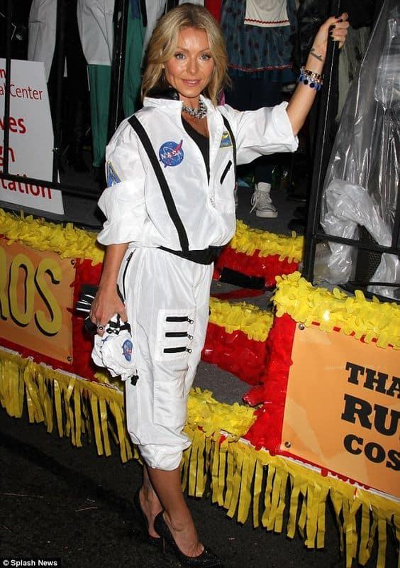 fantasia feminina com macacao de astronauta