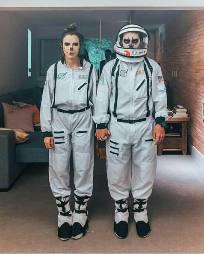 fantasia de Halloween de astronauta para casal