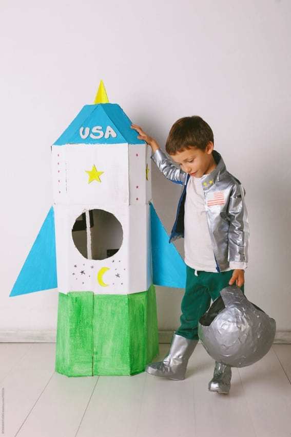 fantasia infantil de astronauta com foguete