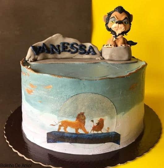 bolo decorado com topo personalizado Rei Leao em biscuit