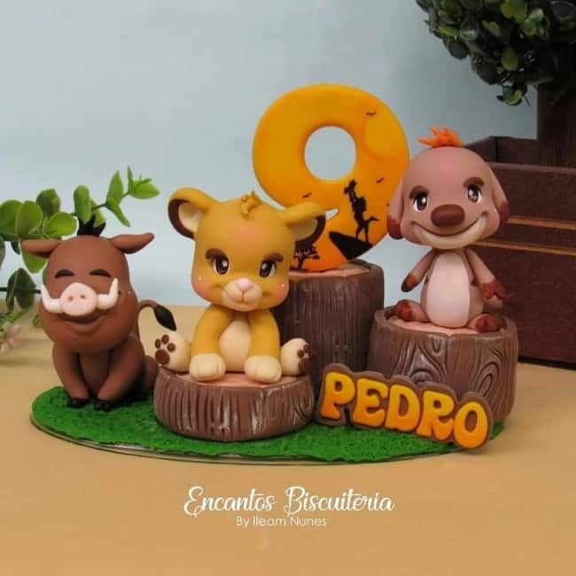 topo de bolo Rei Leao com personagens em biscuit