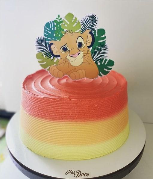 bolo degrade com topo Rei Leao em papel