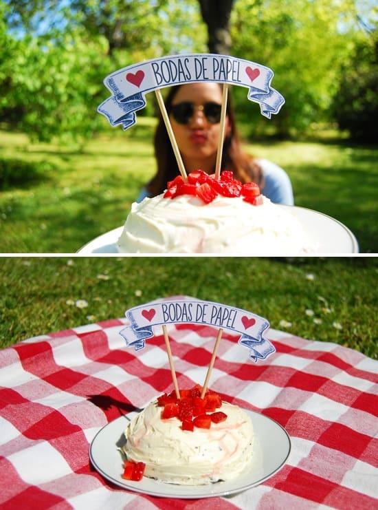 bolo simples com topo de bolo bodas de papel