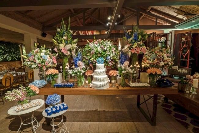 decoracao classica com flores para bodas de porcelana
