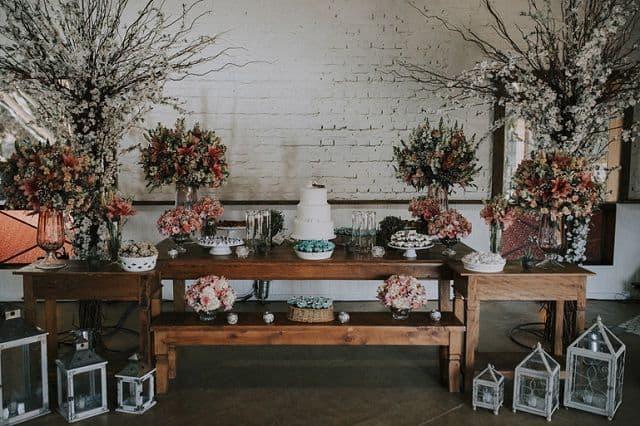 decoracao com flores e moveis rusticos para bodas de porcelana
