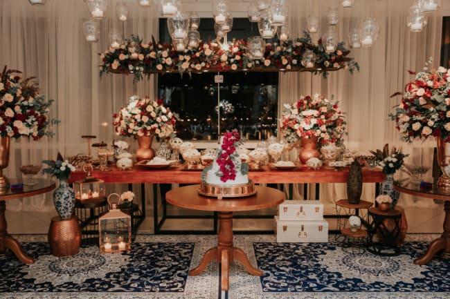 decoracao de luxo com flores para bodas de porcelana