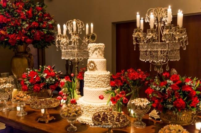 decoracao de luxo com flores vermelhas para bodas de porcelana