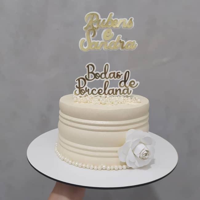 bolo simples com topo de bodas de porcelana