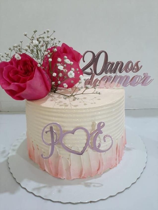bolo simples decorado com flores para bodas de porcelana