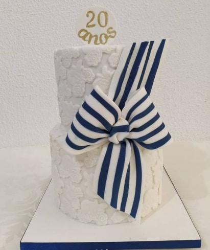bolo de 2 andares decorado em branco e azul para bodas de porcelana