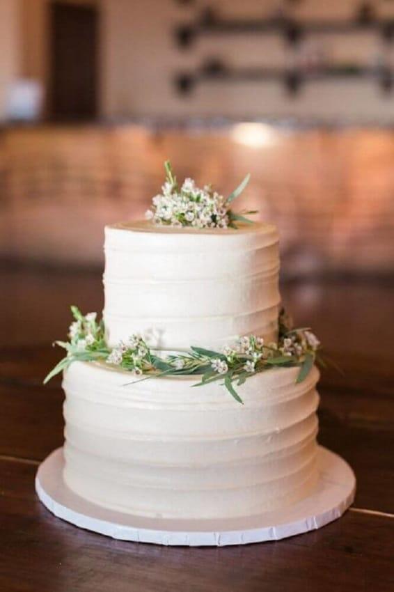 bolo de 2 andares com flores para bodas de porcelana