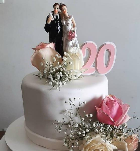 bolo de pasta americana com flores para bodas de porcelana