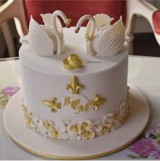 bolo de pasta americana branca com decoracao dourada