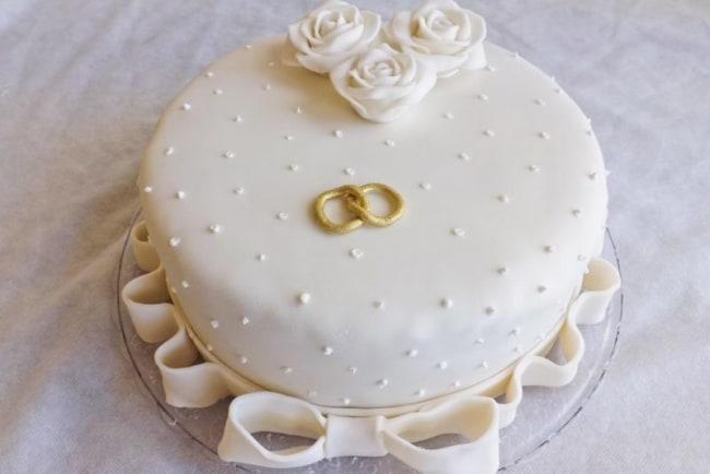 bolo redondo de pasta americana para bodas de porcelana