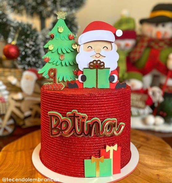 bolo de mesversario decorado com topo de Papai Noel