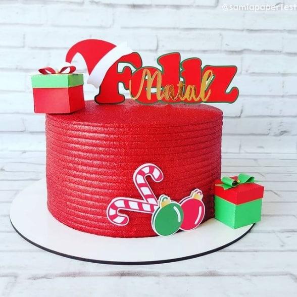 bolo com topper de feliz natal vermelho e dourado
